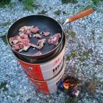 ロケットストーブで豚肉焼く